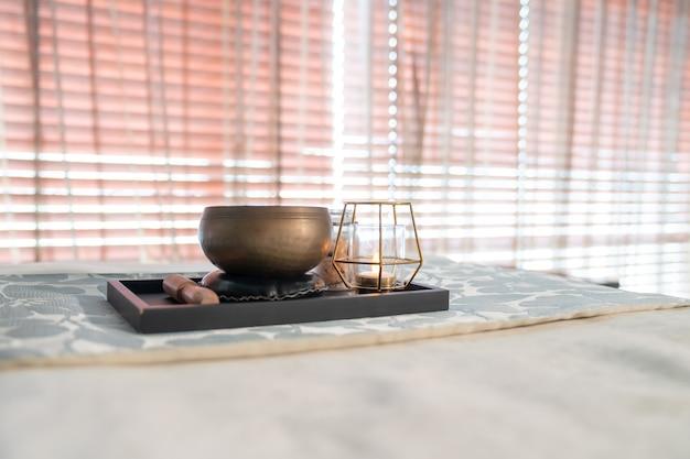 Erba aromatica e candela sopra la finestra