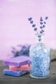 Olio per aromaterapia e spa alla lavanda, benessere con lavanda, sale su fondo in legno