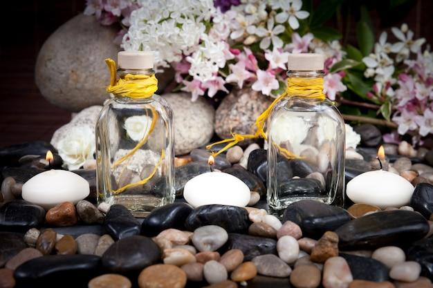 Aromaterapia, spa, trattamenti di bellezza e benessere con pietre da massaggio, fiori, candele accese