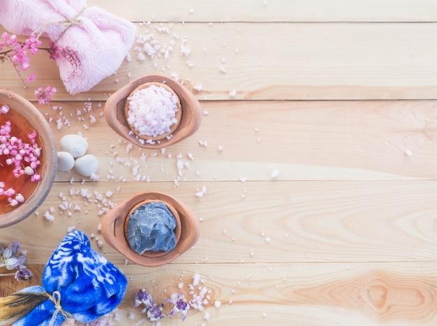 Aromaterapia spa set piatto laici aroma acqua wite spa sale rosa fiore sapone su uno sfondo di legno