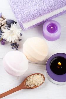 Bombe da bagno aromatiche e candela accesa