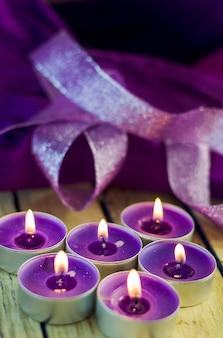 Candele profumate ardenti aromatiche nei toni del viola