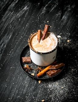 Bevanda aromatica al cacao con cannella e cioccolato.