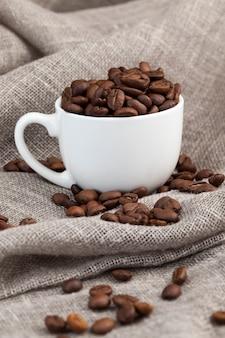 Chicchi di caffè aromatici in una tazza