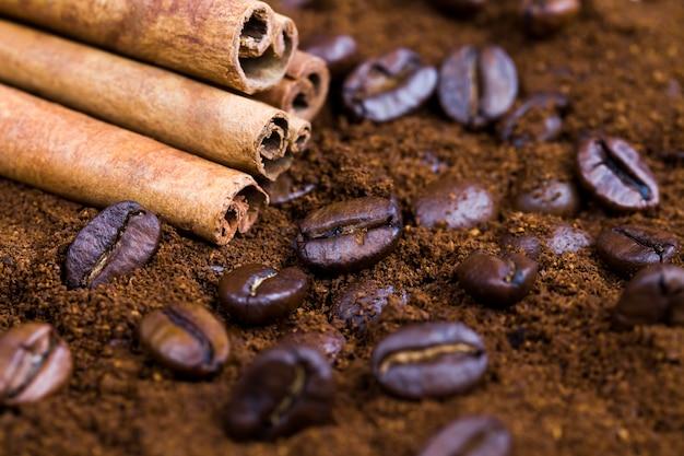 Chicchi di caffè aromatici durante la preparazione della bevanda, deliziosi e profumati chicchi di caffè interi in superficie
