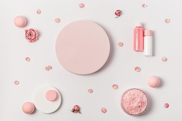 Cristalli aromatici di sale marino con olio essenziale di fiori di rosa composizione spa