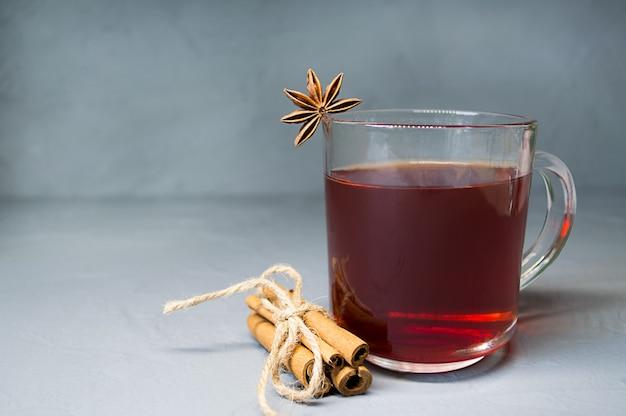Tè caldo aromatico alla cannella sul tavolo