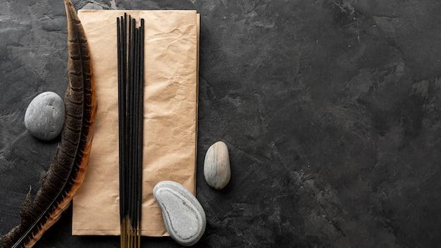 Bastoncini di incenso aromatici e pietre d'acqua