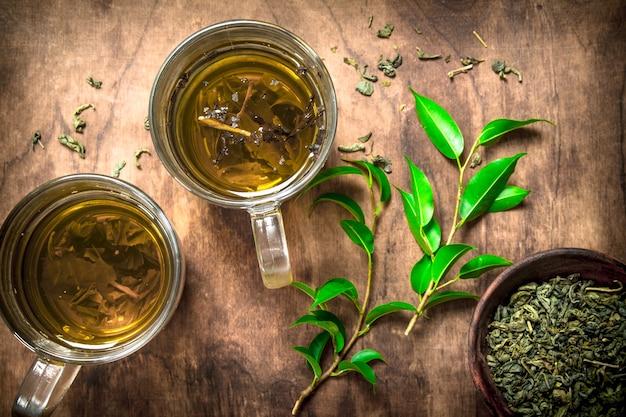 Tè indiano aromatico su fondo rustico