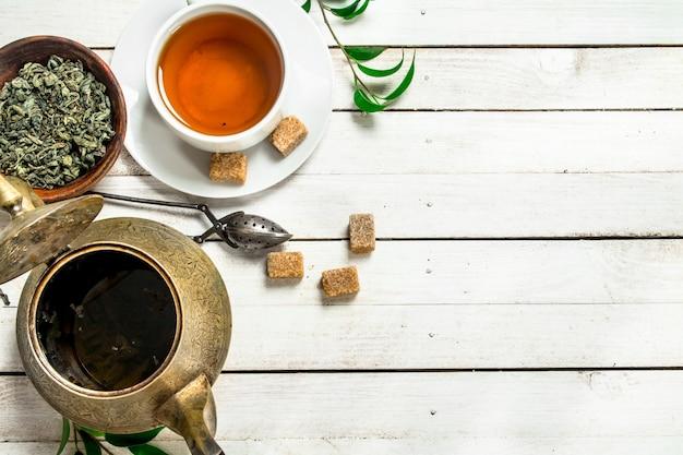 Tè indiano aromatico su una tavola di legno bianca