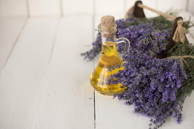 Olio di lavanda aromatico per terapia termale in un salone di bellezza.