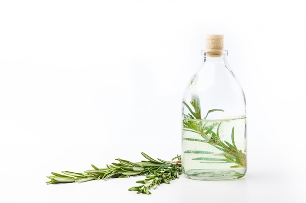 Oli aromatici in bottiglie di vetro su un tavolo bianco. cura del corpo. uno stile di vita sano. isolato.