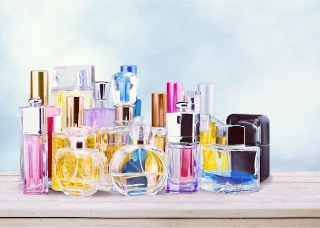 Bottiglie di profumo aromatico sullo sfondo