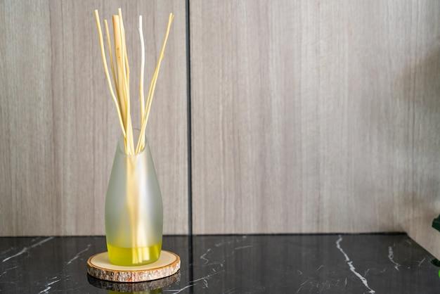 Deodorante aromatico di canna sul tavolo in una stanza