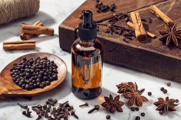 Olio essenziale di semi aromatici su bottiglia di vetro