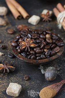 Insieme aromatico di chicchi di caffè, stelle di anice, bastoncini di cannella, zollette di zucchero di canna e noce moscata