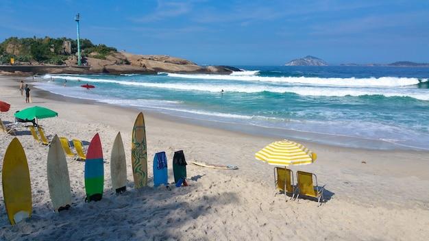 Punto famoso della spuma della spiaggia di arpoador di rio de janeiro brasile