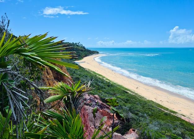 Arraial d'ajuda è un distretto del comune brasiliano di porto seguro, sulla costa dello stato di bahia, scogliera sulla spiaggia di pitinga