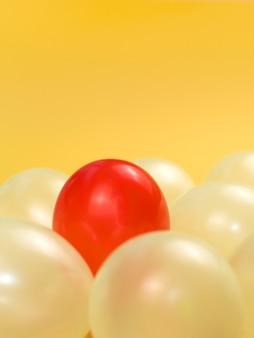Disposizione dei palloncini per il concetto di individualità con un palloncino rosso