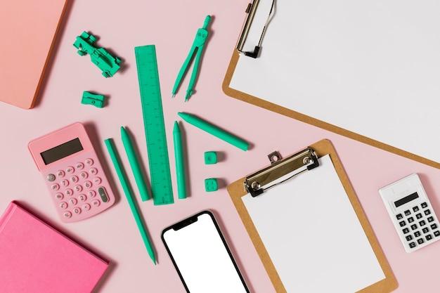 Disposizione degli accessori da scrivania e degli appunti blu