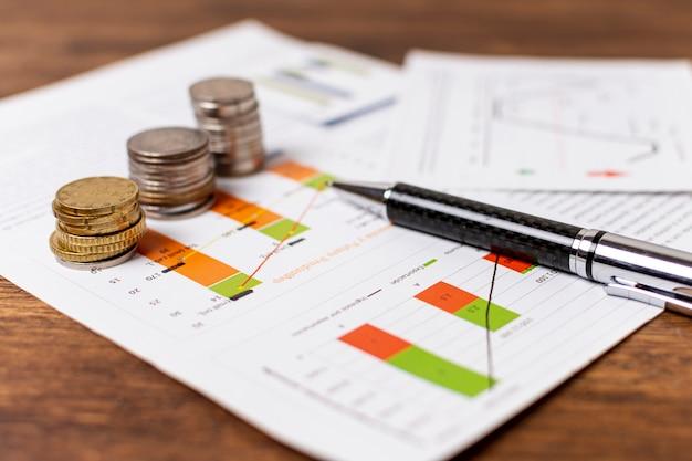 Disposizione di monete ed elementi di cartoleria