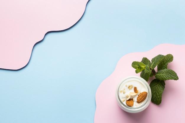Disposizione del delizioso pasto della colazione con yogurt