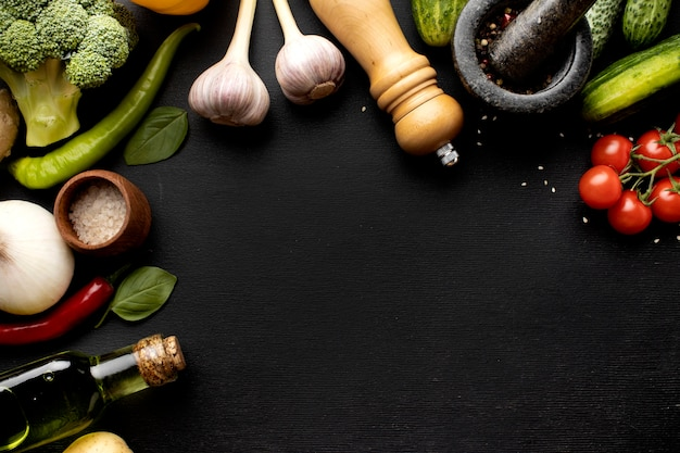 Disposizione di deliziose verdure fresche con copia spazio