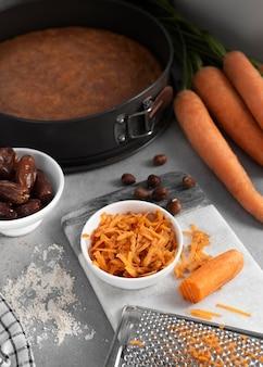 Disposizione di delizioso dessert sano con carota