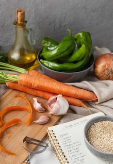 Disposizione di deliziose verdure crude