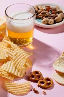 Disposizione di deliziosi snack malsani