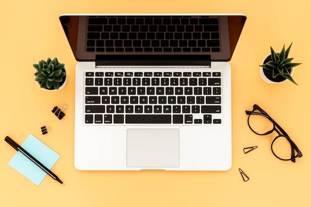 Disposizione degli elementi scrivania con laptop