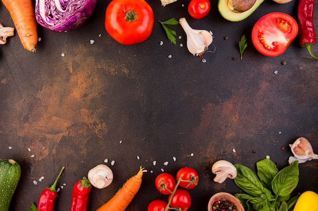 Disposizione di diverse verdure con copia spazio