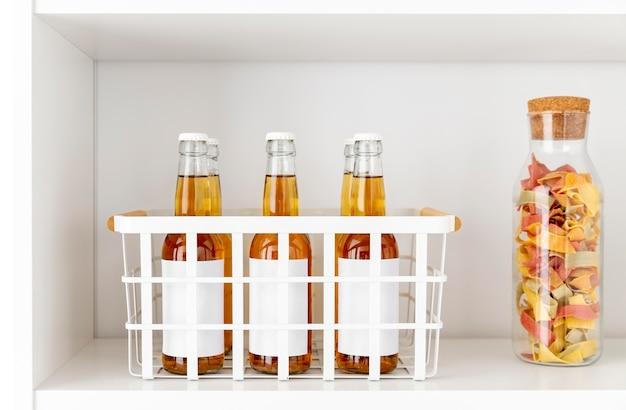 Disposizione delle bottiglie per bevande sullo scaffale Foto Premium