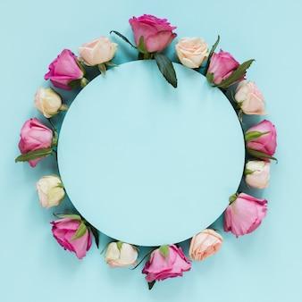 Disposizione su rose rosa e bianche sfumate con sfondo blu