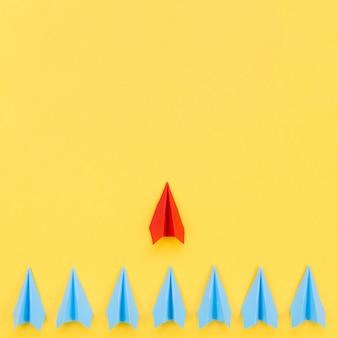 Disposizione per il concetto di individualità su sfondo giallo con spazio di copia