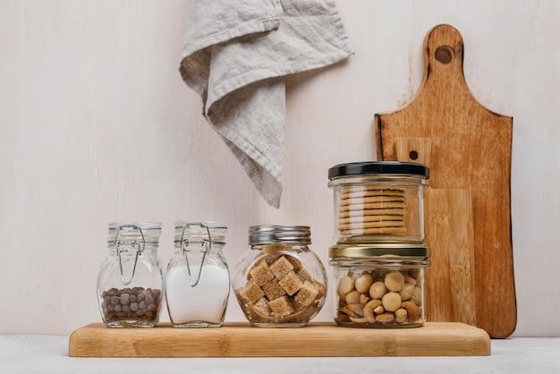 Disposizione dei barattoli pieni di ingredienti alimentari