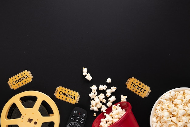 Disposizione degli elementi del film su sfondo nero con spazio di copia