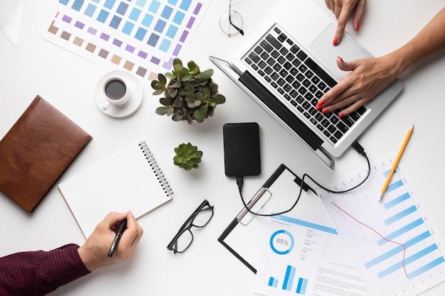 Disposizione degli elementi per ufficio su sfondo bianco