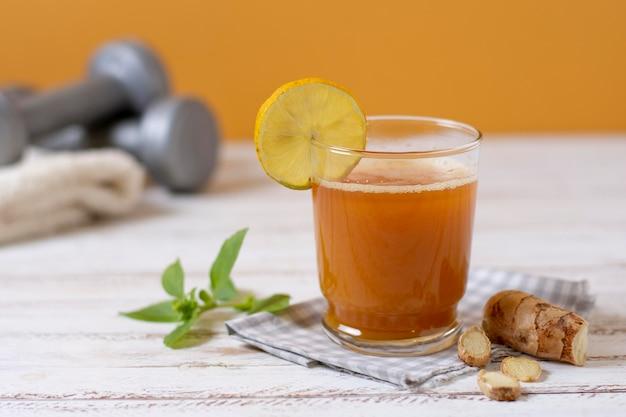 Arrangiamento con bevanda e fetta di limone
