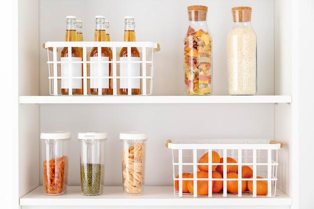 Disposizione con contenitori per alimenti sugli scaffali