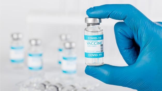 Disposizione con bottiglia di vaccinazione in laboratorio