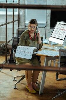 Organizzazione dell'incontro. donna d'affari incinta che si sente confusa mentre organizza un incontro al telefono