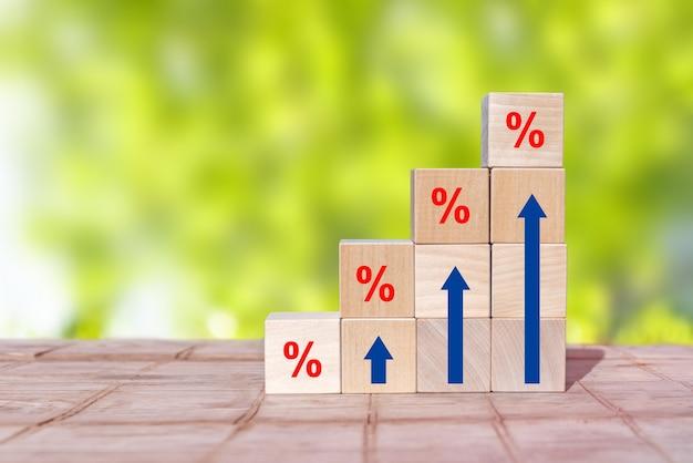 Disposizione dell'impilamento del blocco di legno come scala a gradini con segni di percentuale e simboli freccia in alto