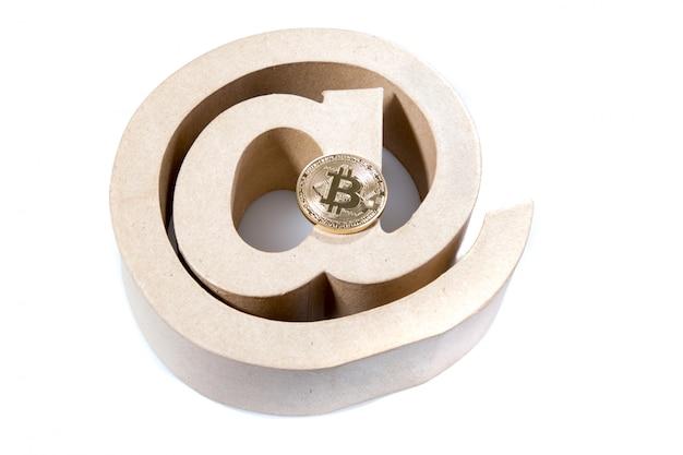 Un arroba con il concetto di bitcoin moneta d'oro di criptovaluta