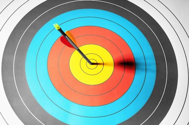 Freccia al centro del bersaglio per tiro con l'arco, primo piano