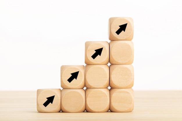 Icona della freccia su blocchi di legno