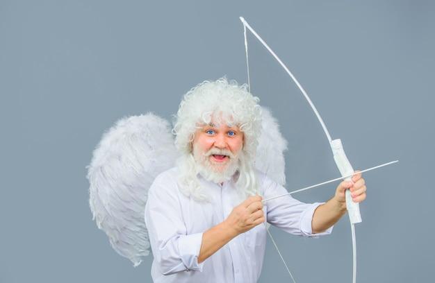 Freccia d'amore cupido lancia freccia con arco angelo barbuto con arco e freccia angelo cupido con arco e