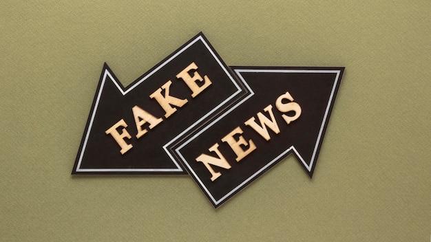 Frecce che formano un messaggio di notizie false
