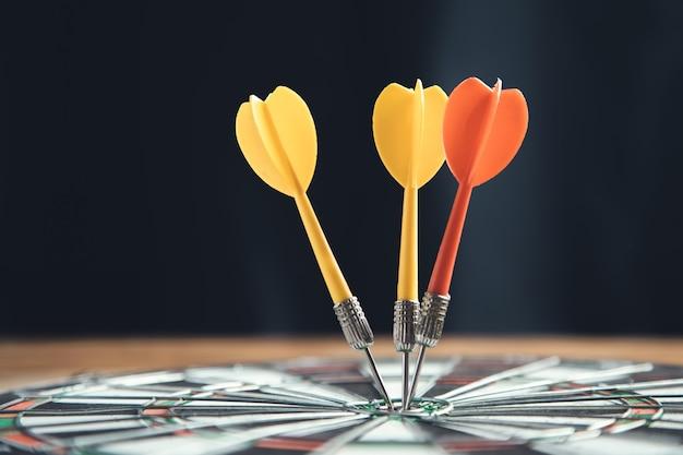 Frecce che colpiscono il bersaglio sul bersaglio per le freccette