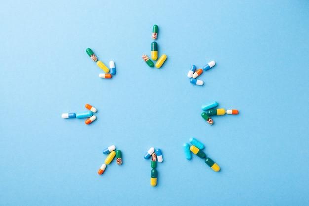Frecce fatte di pillole che puntano al centro con lo spazio della copia